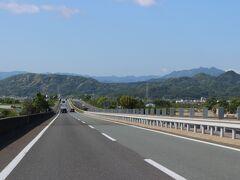リゾート地=青山高原が、正面に見えてきました・・
