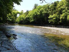 伊勢神宮内宮 五十鈴川の水で、手を清めましょう・・