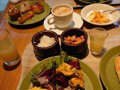 昨夜と同じりんごキッチンでの朝食。 和食・洋食共においしゅうございました。 お気に入りは、ミニご飯に鮭フレークとイクラをのせてミニ親子丼にしました。
