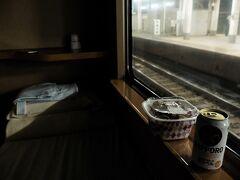 夕食は八重洲のすき家で調達した牛丼。 そして麦ジュース! このご時世外で呑めない風潮なので移動しながらの呑みは格別。   部屋が暗い? こうした方が車窓が楽しいっしょ?笑