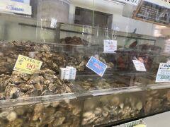 近くの厚岸漁業組合エーウロコに行ってみました。 こちらで、ホタテやつぶ貝を調理してもらい、車の中ですぐ食べました。スーパーで買ったものとは全く違う代物でした。本当は牡蠣を食べたかったのですが、コロナ禍で牡蠣調理はされていませんでした。