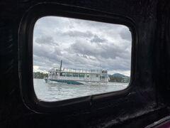 でも5分強で到着。 運転手と桟橋のおっちゃんは、私たちそっちのけで、出勤スケジュール談議中…  やっと乗せてくれました。 大体30分毎の運行スケジュールの観光船がやってきました。