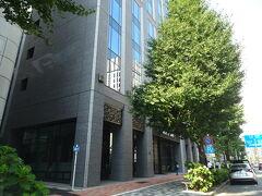 横浜の自宅から高速道路でぴゅーんと30分。あっという間に到着です、が、高速料金が1,000円上乗せ中だったことを忘れていました… そうだ、パラリンピック始まったんだった。明日は下道で帰ろう(;´∀`)  昭和通りにマリオット系列のホテルが三軒並んでいます。真ん中に本日お世話になる「ACホテル東京銀座」、手前に老舗の「コートヤードマリオット銀座東武ホテル」、奥に2020年10月OPENの「アロフト東京銀座」。どのホテルも個性的で面白そう!全部宿泊して比較してみたいですね(* ´ ▽ ` *)  ホテルの目の前に着いたものの、駐車場入口が見当たらないのでTEL。駐車場入口はホテルの真裏になるとのことで、そのまま通りすぎて次の大きな交差点「三原橋」を左折、すぐまた左折で到着しました。ホテル裏手は一方通行なのでご注意を。