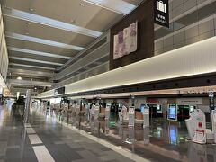 私は先に第1ターミナルで下車。 実は飛行機は別々なんです(^^;)  私はJAL派、るなさんはANA派。 るなさん、現地でね~(^o^)/  空港はガラガラでびっくり(笑) 早く来過ぎてしまったらしい(^^;) まだカウンターも開いていなくて、るなさんとLINEしながらお互い「誰もいな~い!」なんて写真送りあってました。  朝からLINEで大爆笑。 とは言え、一人なので笑いをこらえるのが大変(≧▽≦)  っていうか、私たちって常にLINEでも爆笑している気がする。