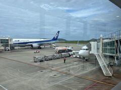 南ぬ島石垣空港に到着です(^o^)  今日も無事、石垣島まで運んでくれてありがとうございました。 奥に見えるANAはるなさんが乗ってきた飛行機かな~?