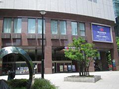 梅田芸術劇場と左下に映ってるのが与謝蕪村歌碑 銀色で反射して見えにくいけど 近づくと歌が刻まれてる
