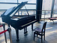 荷物を置いているホテルを経由して弘前駅まで歩くと午前中だけで1万歩超えてしまいました。弘前駅のロビーにはピアノがあります。ステーションピアノとかストリートピアノとかこれまでほぼ見かけたことなかったのですが、ここで初めて弾いてみることができました。