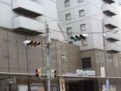 新阪急前の信号 右側に進むとリンクス梅田やヨドバシ梅田が見えてる