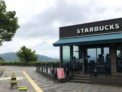 """お目当ては『STARBUCKS』富士川SA店(東名下り線)  """"日本一富士山がきれいに見えるスタバ""""だったのに… やっと雨が上がったところで、ドーンより(//∇//) 雲の切れ間にほんとならあそこね~とばかりに、チラッと(≧∇≦)  雨が上がったのだから良しとしよう! 次回のお楽しみに♪"""