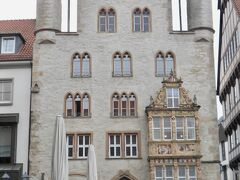 観光案内所が入っている。  この建物はテンペルハウス(1471)でかつての都市貴族の館。こちらも張り出している窓の装飾が魅力的。