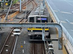 東武鉄道では5年前までは「快速」があり、浅草から鬼怒川温泉まで乗換無しで2時間20分で行けたのですが、特急誘導の経営姿勢に変わり最低3回の乗換を強いられロスタイムも含めて1時間以上余計にかかるようになりました。→スケジュール参照 しかも更に昨年末から、トイレ無しロングシートの20040系が新栃木~東武日光間にも導入され、車内で弁当を食べたりビールを飲むことが困難になってしまいました。 この電車が入線してきたのを見たときは怒りで脳みそが爆発しそうになりましたね。  お気に入りのトイレ付・ボックスシート車の6050系はどこ行った??