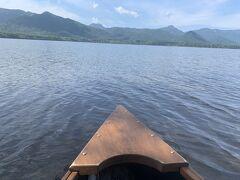 今回お世話になったのは、ブラックリバーというところの屈斜路湖源流スタートの1時間カヌーコース。1人六千円。静かな湖面から釧路川に入って行きます!