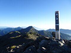 3日目は明るくなりかけた頃に出発して、まずは間ノ岳に登頂。3回目ですが、初めて景色を見られました。