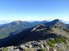 北側には仙丈ヶ岳、甲斐駒ヶ岳、北岳