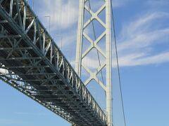 明石海峡大橋の下をくぐり抜けます。