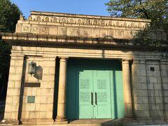 ブルーグリーンの扉が目を引く建物は、博物館動物園駅跡です。