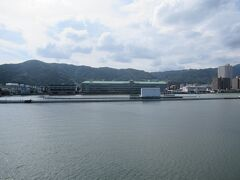 こちらは船乗り場2階にある展望台から見えた琵琶湖の競艇場です。 無観客でレースが開催されていました。