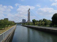 木場公園は仙台掘川を挟んで南北に分かれており、それをこの木場公園大橋で結んでいます。
