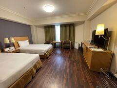 2021年8月21日  やこちゃんを連れてさっそくのお出かけは、ヒルトン成田。 よーーーく泊まっているけど、ワンコルームは初めて。  ワンコルームは3F。 床がフローリング。 ケージを用意してくれております。