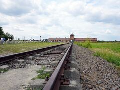 11:30 第一収容所を後にして約3km離れたアウシュビッツ第二収容所 ビルケナウ見学開始 1941年10月から運用された収容所で約9万人を収容した最大の収容所にして   ユダヤ人根絶に特化した絶滅収容所