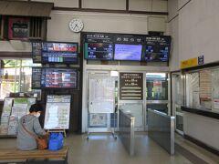 予定通り新千歳空港に到着。ところが、猛暑のために札幌駅付近の線路に異常があり点検中ということで、南千歳駅で小樽行きの特急を待つこと45分。 やっと登別駅にやってきました。余裕ある日程で良かった!