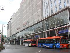 スタートは伊予鉄道・松山市駅から。 JR松山駅と違って松山市街地の中心にあり、百貨店と一体となった立派な駅です。