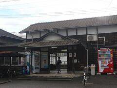 途中、松前駅で途中下車。 松前町の代表駅。 「まつまえ」ではなく、「まさき」と読みます。読めない・・・ この駅の駅舎は明治時代からの駅舎が現役だとか。