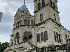 松が峰教会 こちらは国の登録有形文化財に登録されており、外観だけの見学でしたが、立派な教会でした。