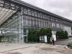 そして次なる目的地、三沢航空科学館! なんだか凄い建物。