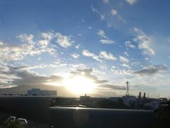 """""""富士山夢の大橋""""に来ました。 雲が多いですが、富士山は見えていて、朝日が眩しいです。 パノラマで。 (クリックして大画面でご覧下さい。)  """"富士山夢の大橋""""にて。"""