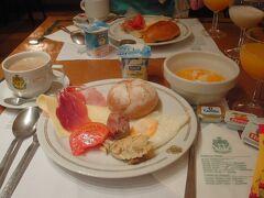 6時半に起きたら外は真っ暗…。 写真には写っておりませんが、ソーセージやハムなど肉類が充実!でした。生ハムがあるところはさすがスペイン♪ 右上に写っている果物は缶詰ではなく生。オレンジがメインというのもスペインらしいな~。