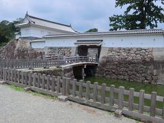 「住吉堀」と「銅門」。  「住吉堀」は、「銅門」と「馬屋曲輪」、「御茶壺曲輪」の間を仕切る堀です。