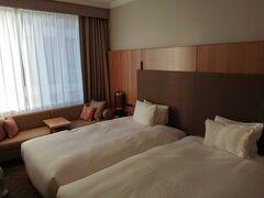 今回は「ザ ホテルセレスティン東京芝」ホテルさんにアフタヌーンティー付のプランで宿泊しました。チェックイン時間に合わせホテルに向かいました。 早速お部屋に。狭めのお部屋ですが雰囲気が良いです。お部屋が狭くても、他のフロアに宿泊者が使えるラウンジがあるのであまり気にしません。本来ならフリードリンクでゆっくりできるところですが、コロナ禍なので運用が変わっています。そこは残念ですがしかたありません。