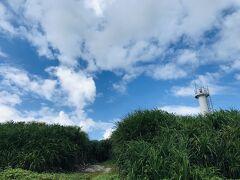 黒島の小さな灯台。  みどり×青×白のコントラストが美しい