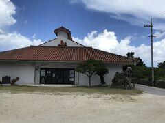 東筋集落にある「黒島伝統芸能館」。 つまりは、公民館です