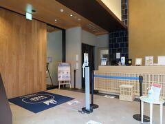 今回泊るホテルは、ホテルWBF函館 海神の湯(わたつみの湯)だ。 2019年10月オープンと、比較的新しいホテルで、函館駅から4分と近い。 温泉は赤湯の源泉掛け流しで、露天も赤湯だが屋根が架かっているので満天の星空とはいかないが、隙間からなら星は見える。 函館のホテルは、朝食のみバイキングで提供される場合が多い。 これは、夜は地元の飲食店で飲み食いしてもらい、地元と共存するために夕食バイキングが提供されないらしい。