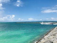 港の海もこんなに青い! そして、台風前、最後の高速船が出航してしまいました。
