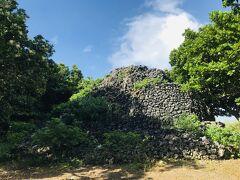 なんなら、青空で天気もいいです。  崩れかけた黒島のプズマリに、草まではえています(笑)