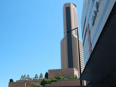 右側を見上げるとアクトシティホールとホテルオークラ。 数日後、ホテルに宿泊します。