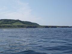 知床岬灯台が見えてきました。この日はベタ凪。風も無く、クルーズとしては絶好のコンディションです。