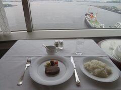 午後6時 ディナーはルームサービス 窓からの景色を見ながら楽しんじゃう!