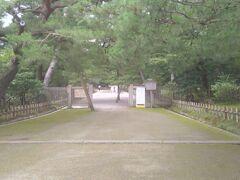 日本三大庭園の一つである兼六園。兼六園は江戸時代の代表的な大名庭園として、加賀歴代藩主により、長い歳月を費やして形づくられてきました。金沢市の中心部に位置しおる、四季折々の美しさを楽しむ事が出来る庭園として、多くの県民や世界各国の観光客に親しまれています。(兼六園参照)普段は有料ですが、早朝や年末年始・観桜期・金沢百万石まつりの日・お盆・文化の日などの時期は無料開放されています。(Wikipedia参照)