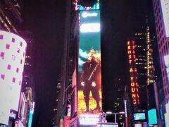 タイムズスクエアに来たら皆絶対撮るやつ 一応都会っ子(グリコの看板あるとこ出身)なので、ネオンがチカチカしているのは別に珍しくもなんともないのだが、これを見るとニューヨークに来たんだなぁ!と実感する。