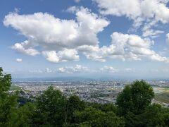 常盤公園を後にし次に向かったのは嵐山展望台。旭川市全景が見渡せます。 https://www.atca.jp/kankouspoy/%E5%B5%90%E5%B1%B1%E5%B1%95%E6%9C%9B%E5%8F%B0/ 小さい頃は親に連れられ虫取りに、バイクに乗るようになってからは旧スキー場のゲレンデを登ったりダート走行練習のためにほぼ毎週のように来てたなあ。 相変わらず人はまばらだけど、インターからも近いしもっと宣伝すれば立派な観光名所になるんじゃないかと。 ここから見る旭川の景色は昔とそんなに変わらない。大雪山系が曇って見えなかったのは残念。