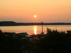 午前5時に厚岸湖に登る朝陽を撮影 厚岸湖は、海と繋がっており、カキの養殖で有名