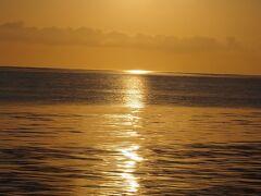 ●2021/7/29(木) 黒島滞在5日目、黒島最終日です。  珍しく早起きして伊古桟橋へ朝日を見に行きます。 自転車だと早朝は涼しくて気持ちイイ。 ちなみに道路にはあっちこっちにニャンコが出没してます。 涼しいから?  伊古桟橋へ到着。 朝日が昇ります。