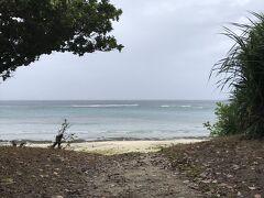 お宿前の宮里海岸を偵察に行ってみる。 台風らしい風が吹いているものの、 海は思ったほど荒れていません。
