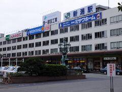 外へ出て振り返れば、新幹線の終着駅とは思えない、昭和の風情を色濃く残す駅舎が佇んでいる。 旅の中で見慣れたこの建物も、もうすぐ過去のものになってしまう。