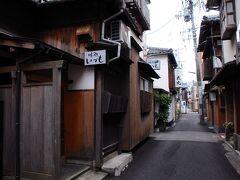 金辰の脇の小路を入って路地裏へと入る。 そこは、西新道通と言う道で、昔ながらの人が歩くための道に、昭和の香りが漂う木造の建物が寄り添うように建ち並んでいた。