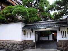 その道を歩いて行くと、弘化3年(1846)創業で、「新潟に鍋茶屋あり」と謳われたほどの老舗の料亭『鍋茶屋』の前に出た。 現在の建物は、明治43年建築の建物の他、7棟が国の登録文化財に指定されているそうだ。
